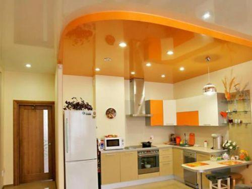Практичный потолок на кухне