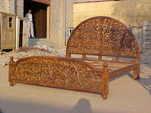 Если на дворе – лето, а погода радует ласковым солнцем и тихими вечерами, хочется остаться на свежем воздухе как можно дольше. И наилучшим местом может стать обустроенный уголок в саду с деревянной мебелью, обработанной защитным средством, чтобы не портилась от воздействия влаги. Садовая деревянная мебель, продающаяся в магазинах в подавляющем большинстве слишком громоздка, не очень удобна и портится от дождей. Сделанные своими руками скамейки и стол, обработанные специальным защитным средством устойчивы к атмосферным воздействиям и естественно красивы. Изготовить их самостоятельно не только просто, но и не дорого. Наиболее удобным в обработке материалом для изготовления деревянной мебели послужат еловые или сосновые бруски, рейки и доски, которые нужно обработать деревозащитным средством. Для прочной и красивой деревянной скамейки сначала изготавливаем заднюю и переднюю рамы, решетку спинки, боковые элементы, сиденье и подлокотники. Все это затем собираем и крепим шкантами и шурупами. По схожему принципу делаем и стол. Для него понадобятся четыре ножки, столешница, три поперечные и две продольные связи. Для каркаса скамей и стола используем бруски сечением примерно 50х50, для столешницы и сидений – доски сечением 75х25, решетку спинки и боковые элементы скамеек изготавливаем из брусков сечением около 40х40 мм. Задние ножки скамей и подлокотники можно сделать с фигурными вырезами, согласно фантазии, и/или (обязательно – для удобства использования) просто закругленными. Для обработки используется электролобзик – дешевый и простой в обращении инструмент. Затем все вырезы и закругления следует обработать напильником и отшлифовать шкуркой. Рубанком следует притупить все углы и кромки реек, брусков и досок, чтобы не осталось острых граней. Фигурную обработку лучше делать до сборки, иначе будут мешать шурупы и соединения. Далее нужно собрать из брусков решетку спинки. Бруски соединяются шкантами с клеем, желательно под углом 90°. После сборки торцы брусков следует запилит