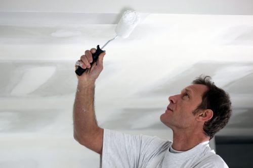 Побелка или покраска потолка